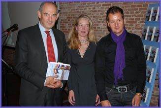 Job Cohen neemt het eerste boek van Het Boekenschap in ontvangst.